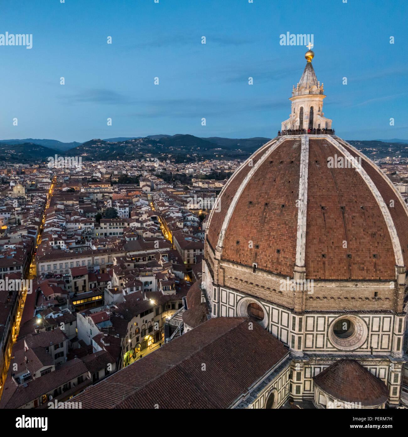 Florencia, Italia - Marzo 23, 2018: Los turistas se reúnen en la cúpula del Duomo de Florencia para ver la puesta de sol. Imagen De Stock