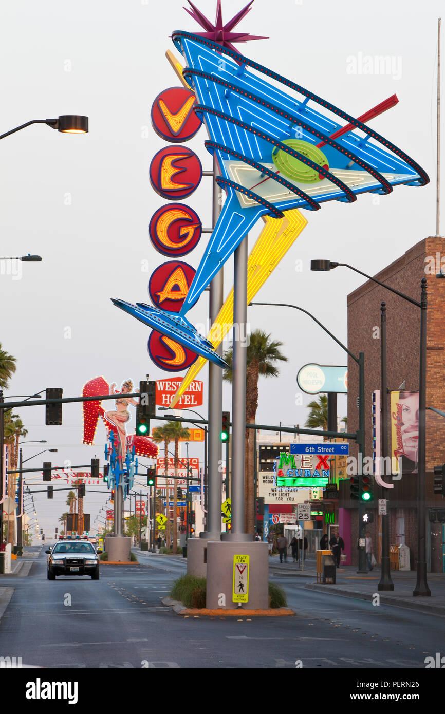 Estados Unidos de América, de Nevada, Las Vegas, en el centro de la ciudad, Zona Oriental Freemont, neón signo de Vegas, el anochecer Foto de stock
