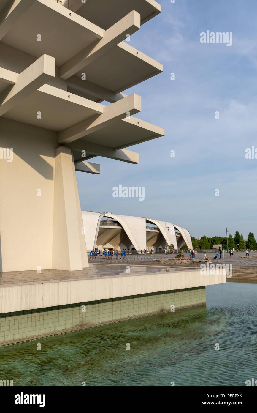 Torre de Control (Yoshinobu Ashihara) y Komazawa Olympic Park Stadium (Murata Masachika Architects), construido para los Juegos Olímpicos de Verano de 1964 en Tokio, Japón Foto de stock