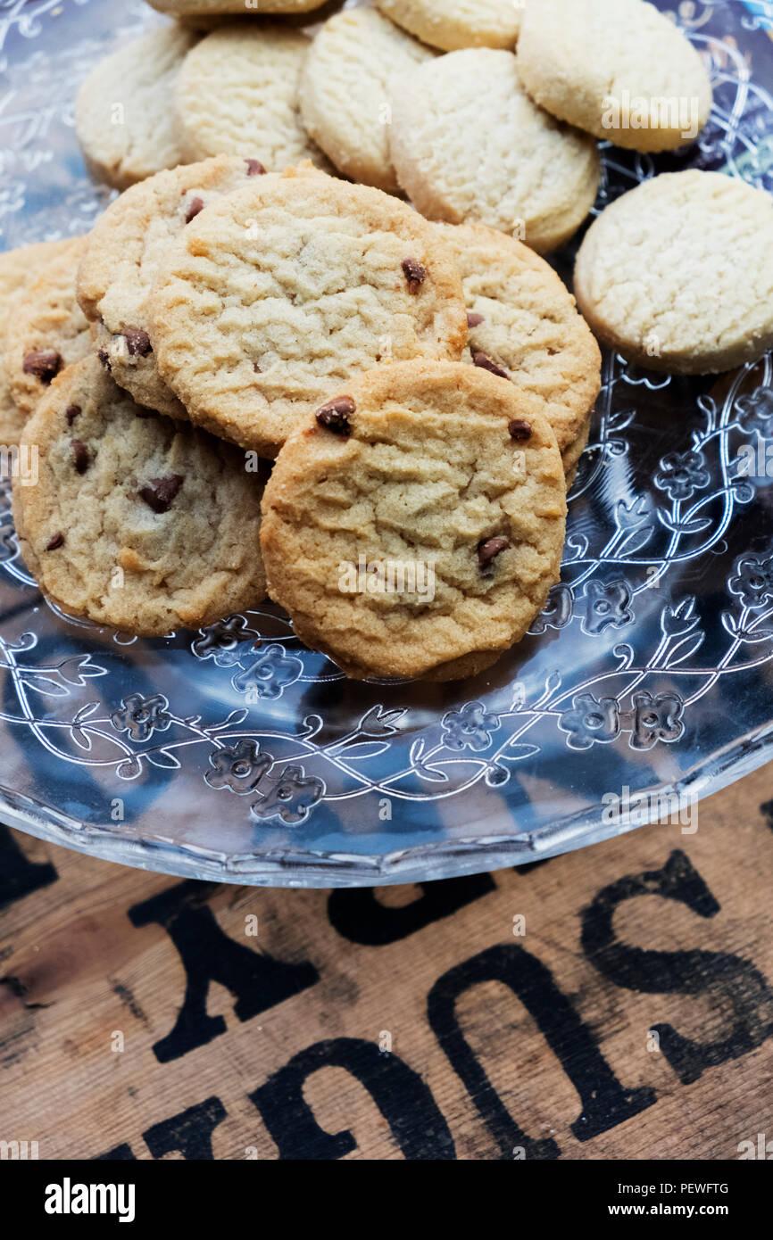 Ángulo alto cerca de galletas de chocolate en una placa de vidrio. Imagen De Stock