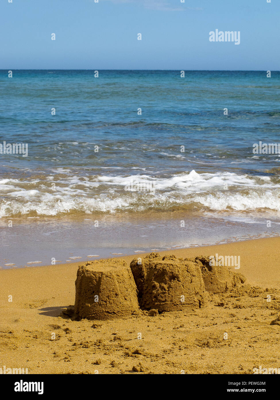 Castillos de Arena en una playa desierta en Calabria (Italia) Imagen De Stock