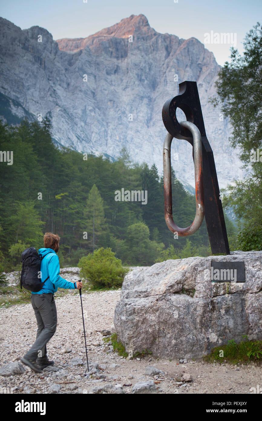Guía de montaña caminando por monumento de mosquetón, el Triglav, Eslovenia Imagen De Stock
