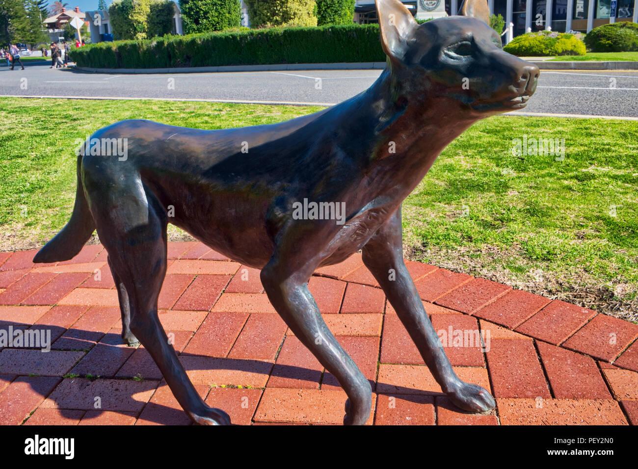 Estatua del perro tímido enfrenta buque Designer Imagen De Stock