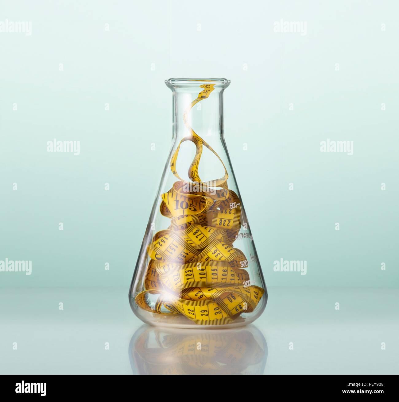 El material de vidrio de laboratorio con las medidas de longitud de cinta. Imagen De Stock