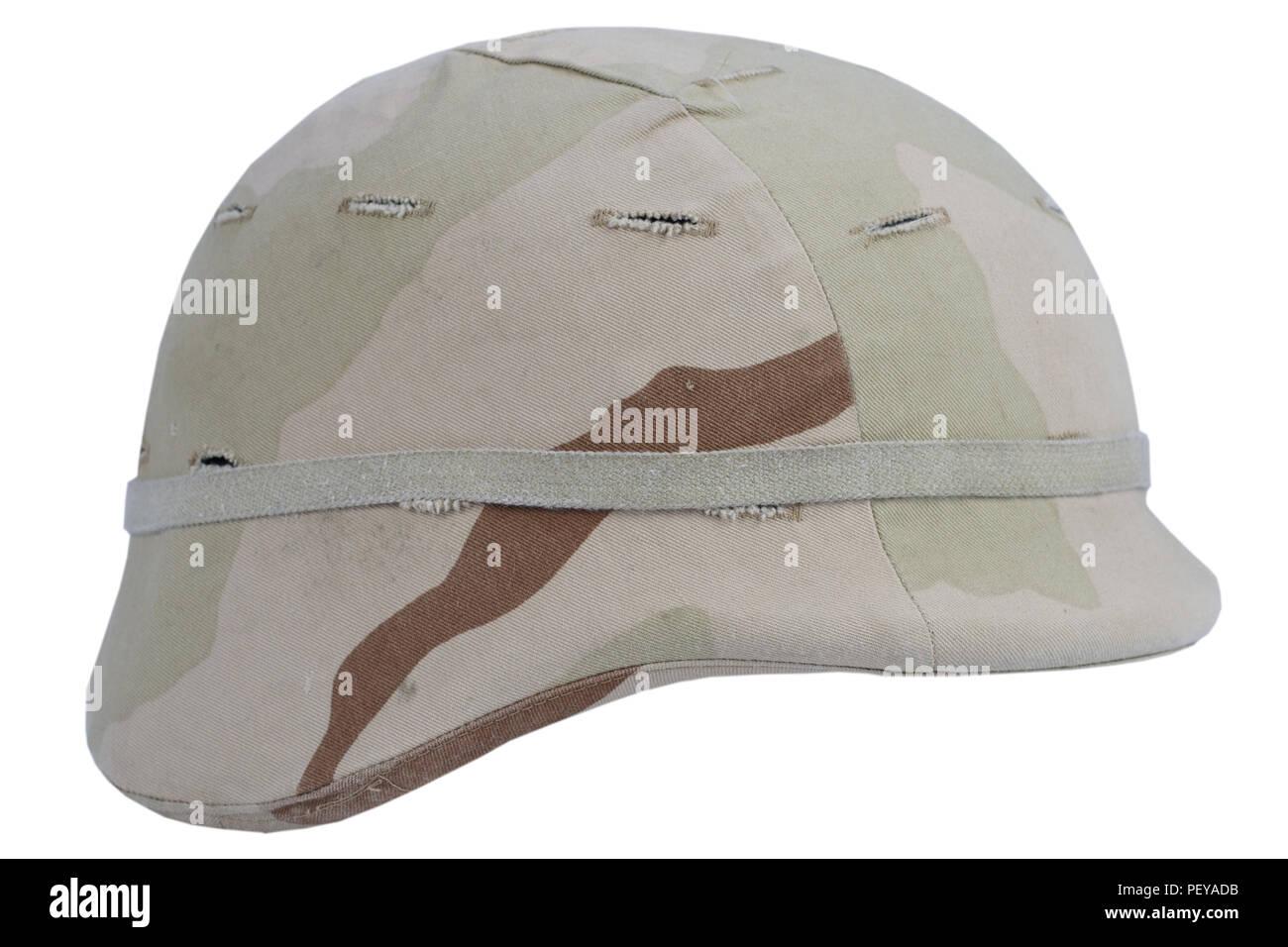 Ejército casco Kevlar con cubierta camoflage aislado sobre fondo blanco. 3b81a6ea9c0