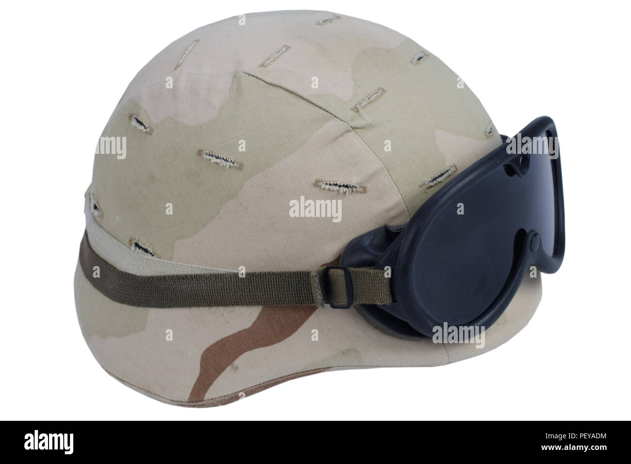 Ejército casco Kevlar con gafas y cubierta camoflage aislado sobre fondo  blanco. 514114fdaa5