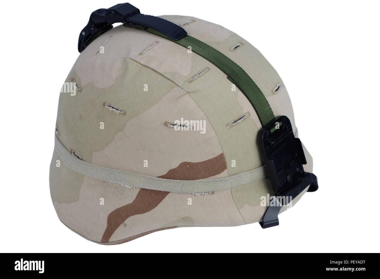 Ejército casco Kevlar con NVG Montaje y cubierta camoflage aislado sobre  fondo blanco. 63ad241896c