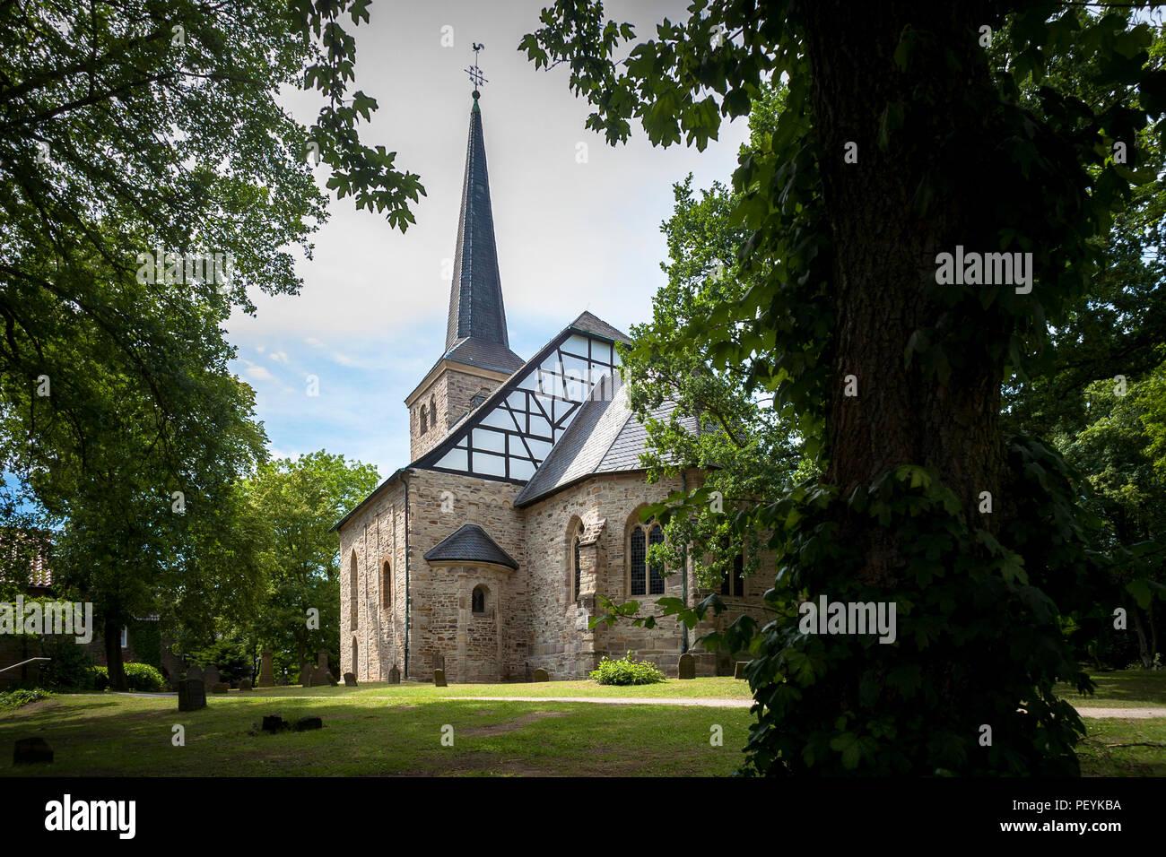 La iglesia en Bochum-Stiepel, el edificio más antiguo en el área de Ruhr, Bochum, Alemania. Morir Dorfkirche en Bochum-Stiepel, Bauwerk Bochu aeltestes der Stadt Foto de stock