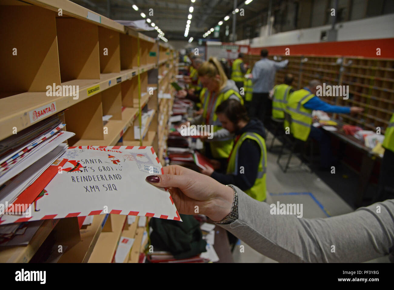 JON SAVAGE FOTOGRAFÍA www.jonsavagephotography.com 07762 580971 14 de diciembre de 2017, Royal Mail personal a preparar la gran cantidad de puesto de Navidad Foto de stock