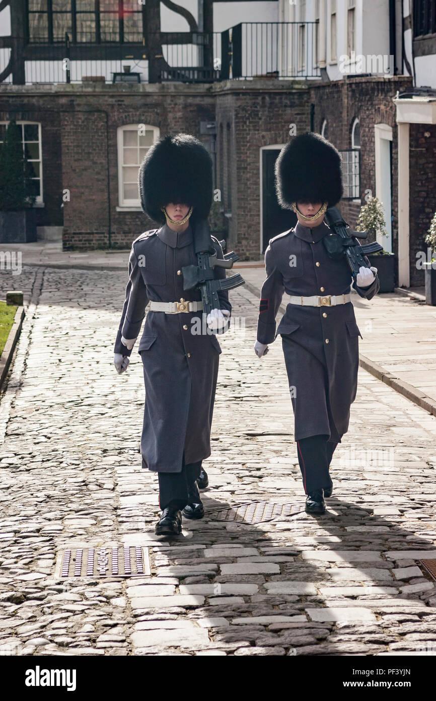 Queens guardias en uniforme de invierno en la Torre de Londres. Imagen De Stock