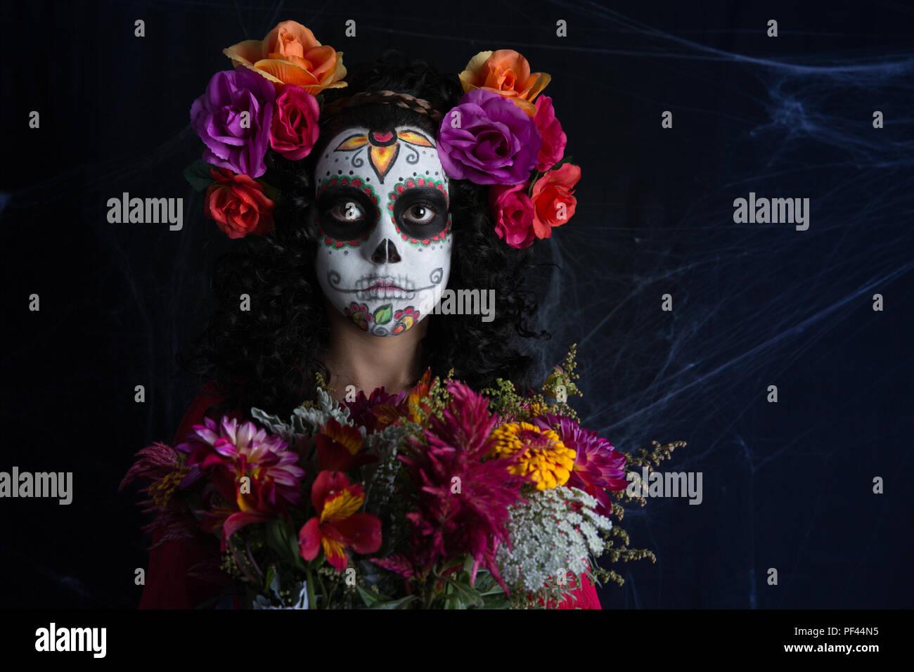 Closeup retrato de Calavera Catrina. Niña con maquillaje de calaveras de azúcar. Dia de los muertos. El día de los muertos. Halloween. Imagen De Stock