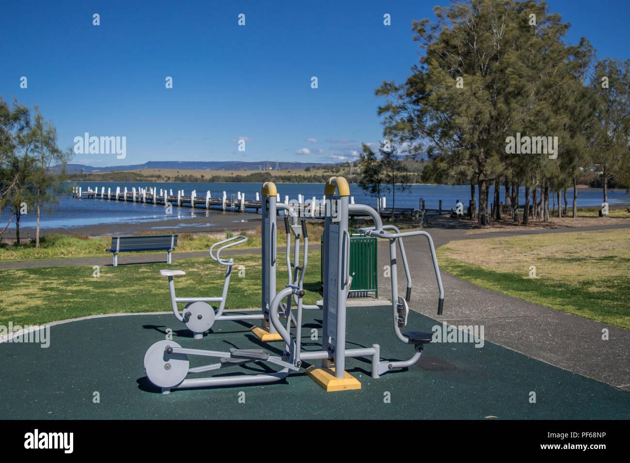 Equipo para hacer ejercicio en Lakeside Kanahooka reserva Imagen De Stock