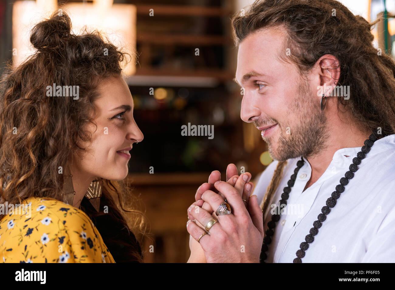 Feliz barbudo hombre mirando a los ojos de su amada Imagen De Stock