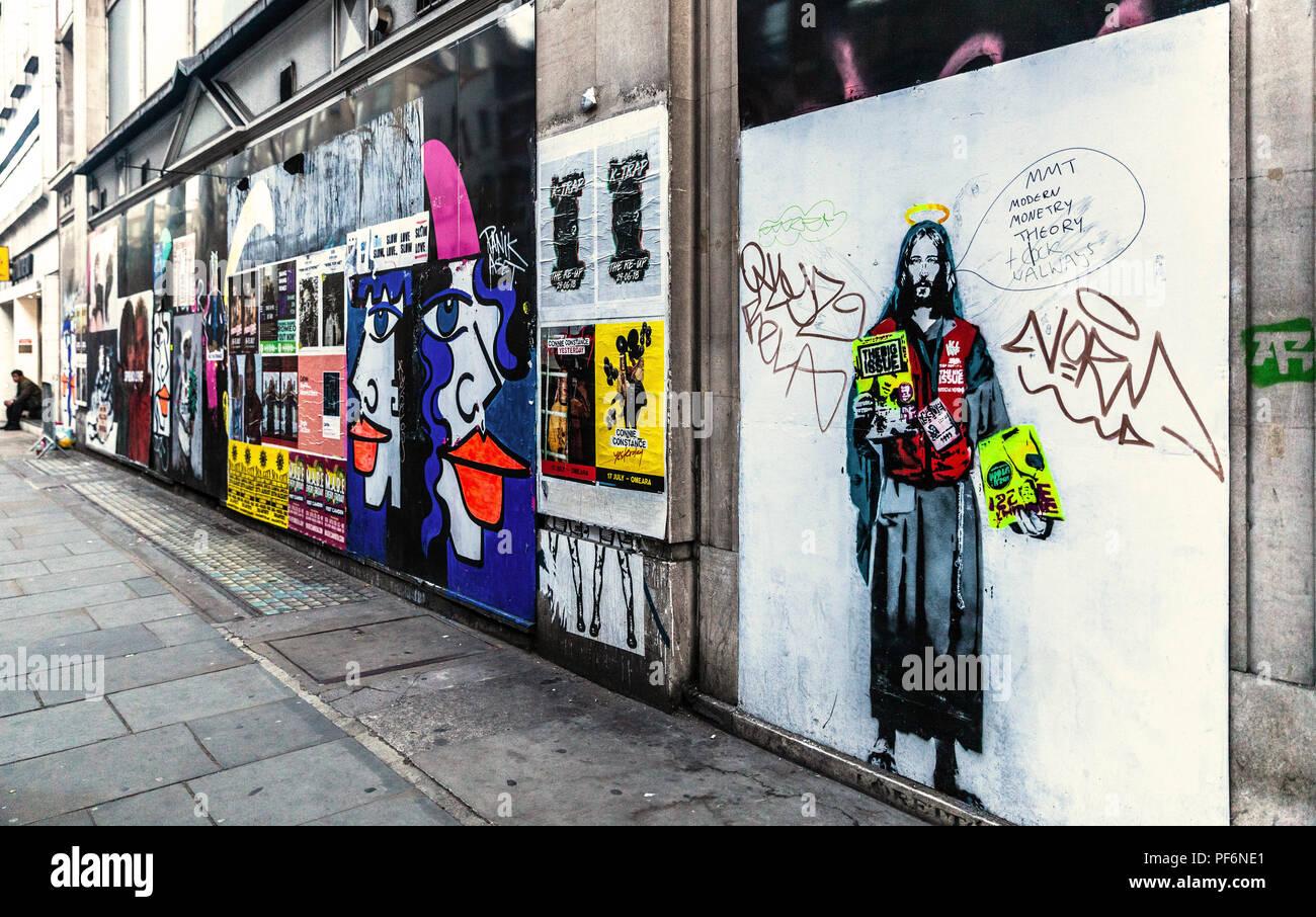 Pared cubierta con carteles promocionales y graffiti, Noel Street, Soho, London, W1F, Inglaterra, Reino Unido. Imagen De Stock