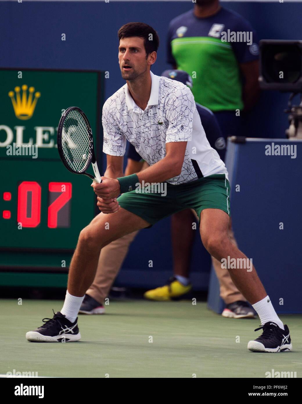 Mason, Ohio, Estados Unidos. Agosto 19, 2018: Novak Djokovic (SRB) prepara a sí mismo contra Roger Federer (SUI) en el Sur Occidental abierto en Mason, Ohio, Estados Unidos. Brent Clark/Alamy Live News Foto de stock