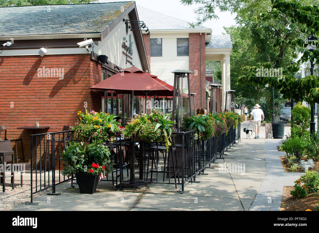 Centro de Falmouth, Cape Cod Massachusetts Estados Unidos con personas para cenar al aire libre en el restaurante mexicano Anejo y la gente caminando en la acera Imagen De Stock