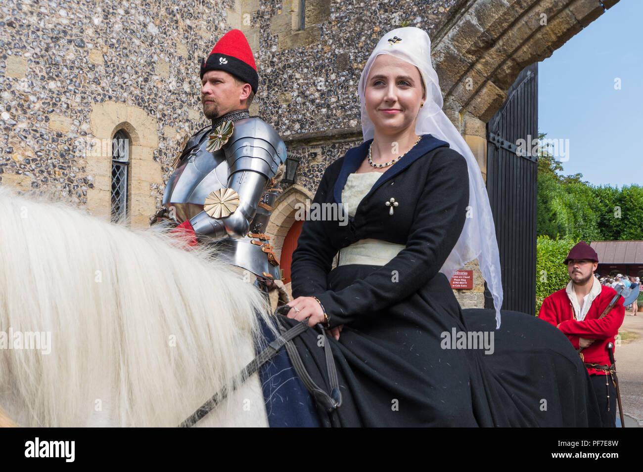 Personas a caballo en un evento de las justas vestidos con los tradicionales trajes medievales en Arundel, West Sussex, Inglaterra, Reino Unido. Los trajes de época medieval. Imagen De Stock