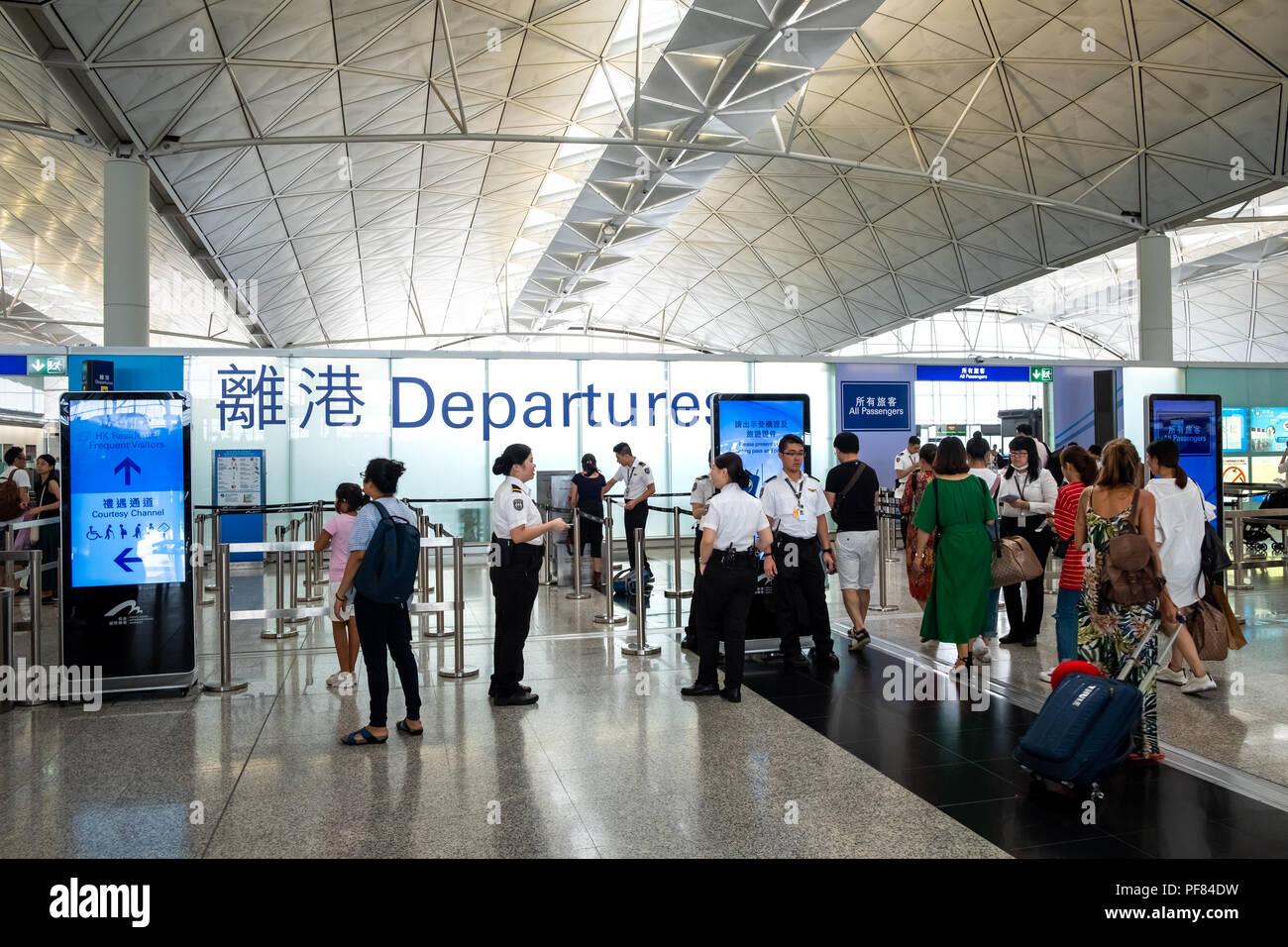 Lantau, Hong Kong - Agosto 05, 2018 : Pasajeros lleva equipaje en el Aeropuerto Internacional de Hong Kong Imagen De Stock