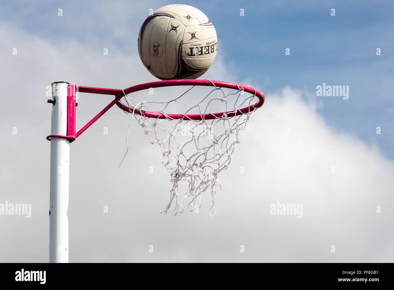 Netball netball puestos a punto de ir a través de la red contra un cielo azul. Ganar, anotando Imagen De Stock