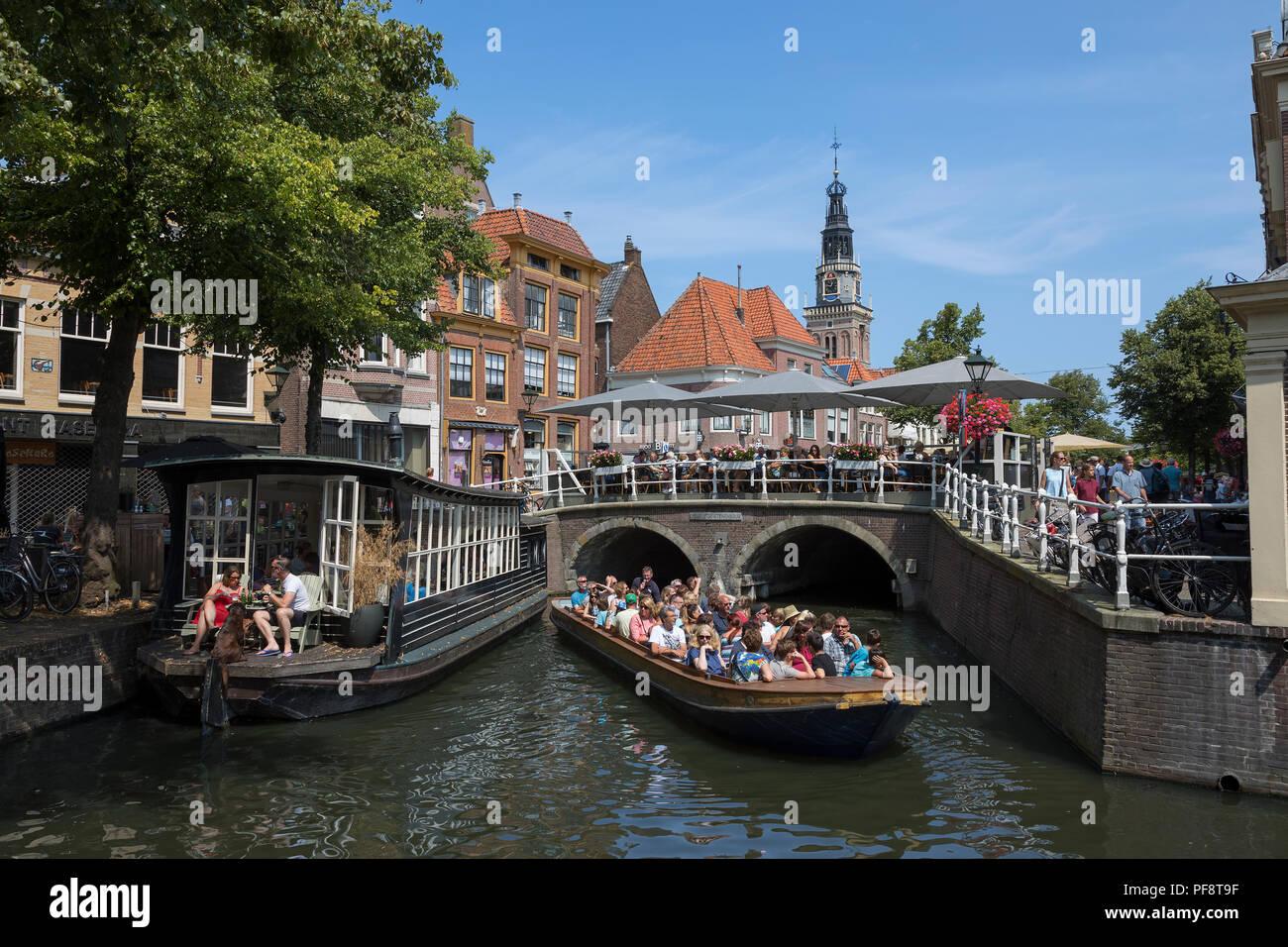 Alkmaar, Holanda - 20 de julio de 2018: viaje en barco excursiones turísticas en el centro histórico de la ciudad de Alkmaar Imagen De Stock