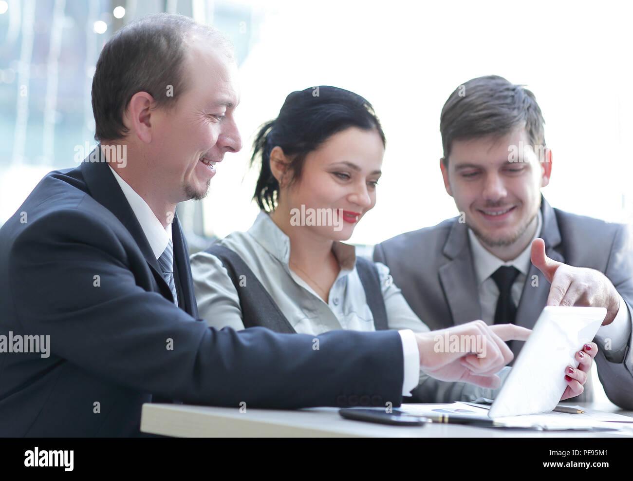 Equipo empresarial con tablet touchpad de reunión para analizar datos estadísticos. Imagen De Stock