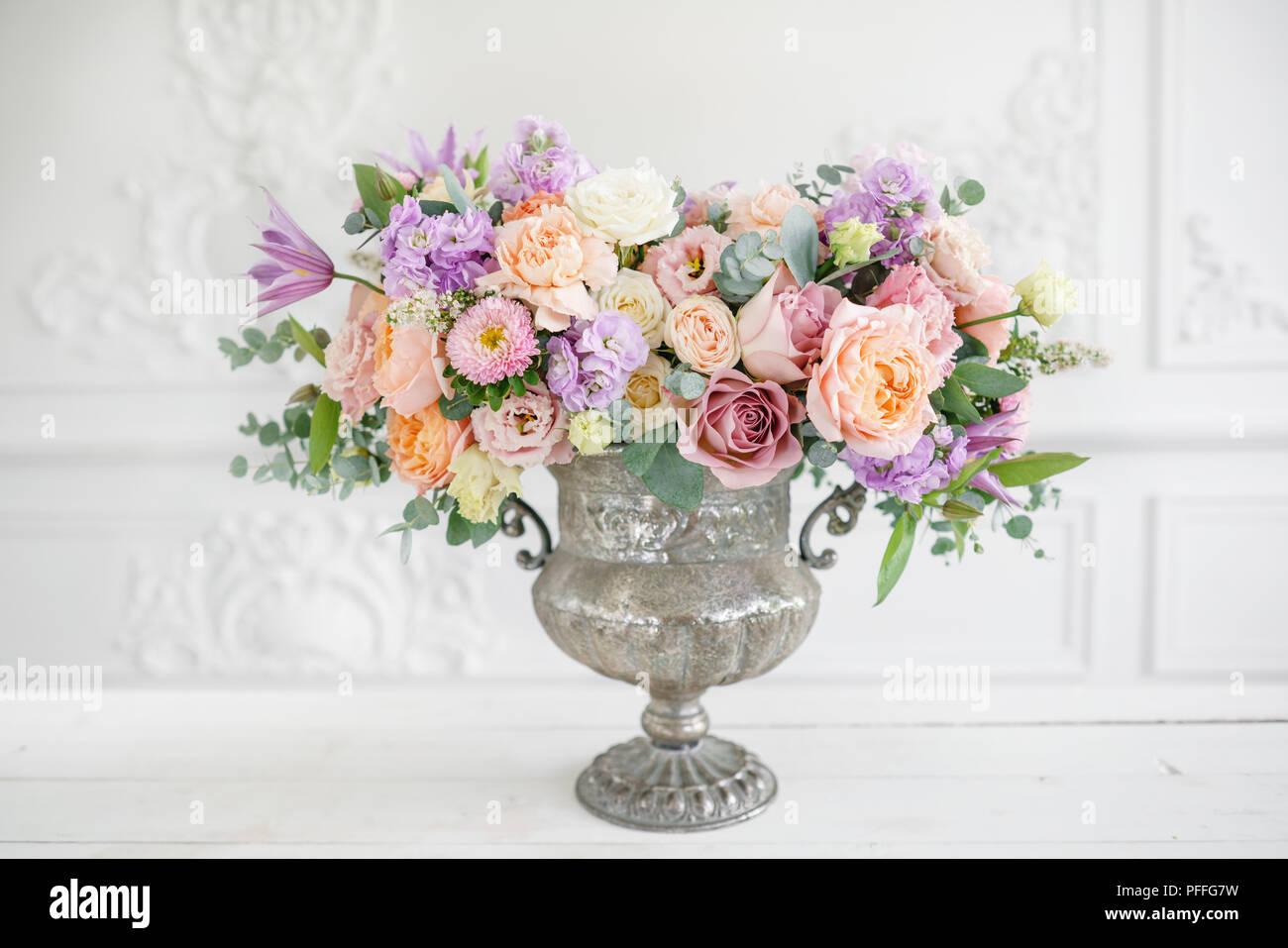 Precioso Ramo De Flores Diferentes Arreglo Floral En Jarrón