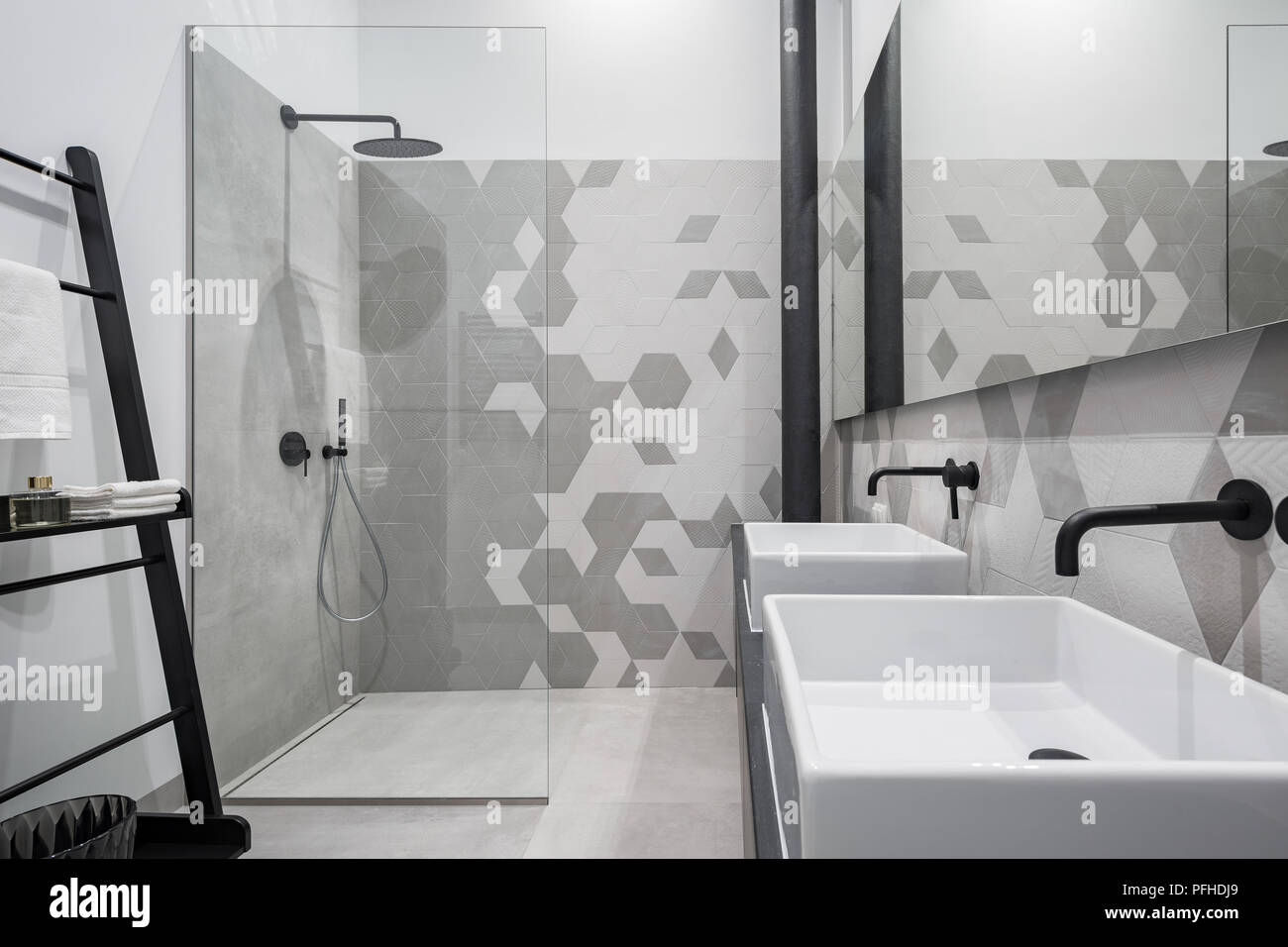 Nuevo diseño de cuarto de baño con ducha y dos lavabos, en gris y ...