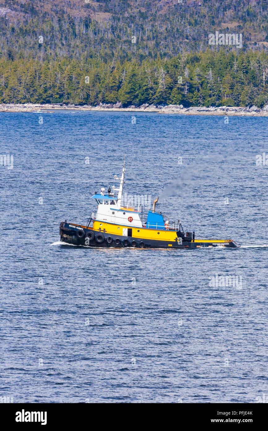El remolcador oceánico Western Mariner en el noroeste pacífico costa Campania Island, British Columbia, Canadá - Vista desde un crucero que navegaba el Insid Imagen De Stock