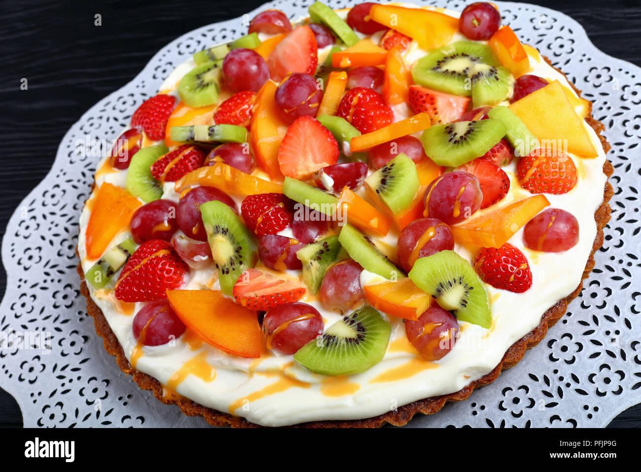 Tarta De Frutas Con Crema De Queso Decorado Con Rebanadas De