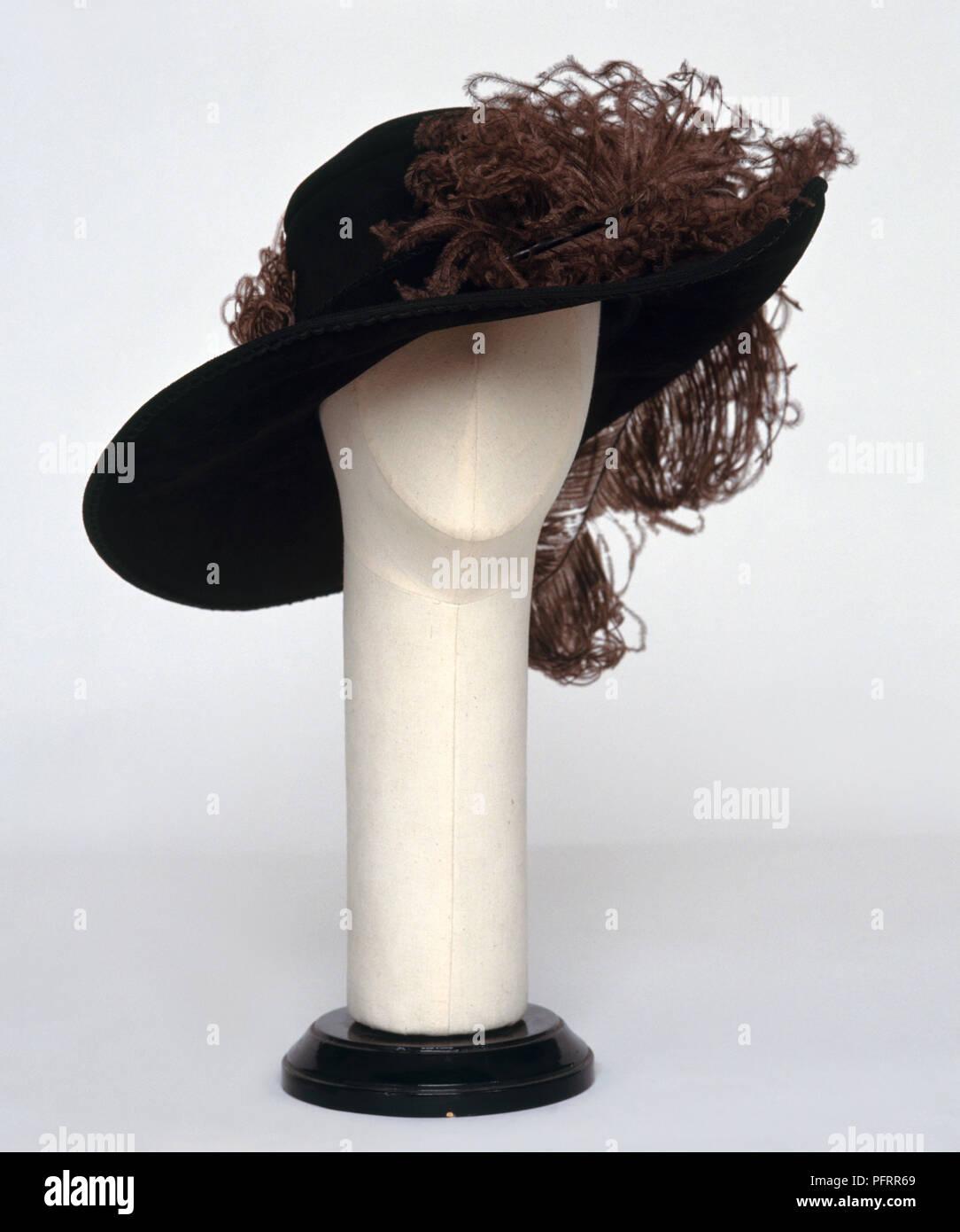 Brown plumas en Old Fashioned mujer con sombrero de ala grande en maniqui  Imagen De Stock f5ebc8b74596