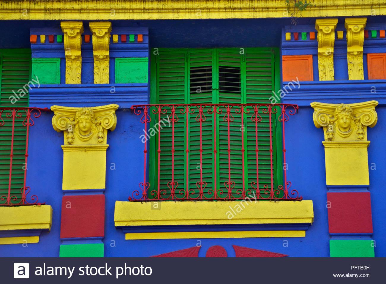América del Sur, balcón en el colorido barrio de La Boca, Buenos Aires, Argentina Imagen De Stock