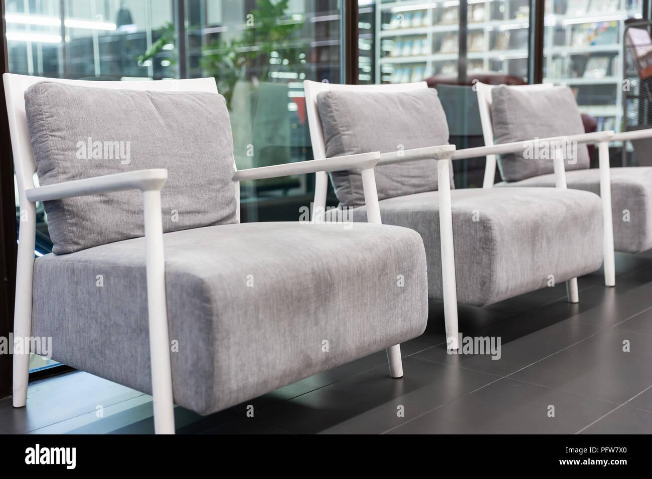 3e84be828 Cerca se centran en tejido gris modernos sillones con estructura blanca de  madera dispuestos cerca de