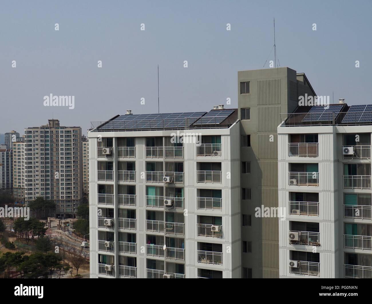 Apartamento en Corea del Sur con paneles solares Imagen De Stock