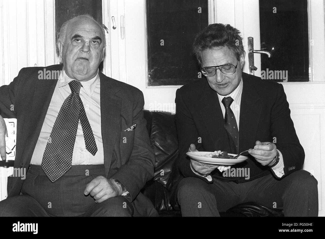 Lord George Weidenfeld (izquierda) y George Soros en una reunión del IWM (Institut fuer die Wissenschaft vom Menschen, Inglés: Instituto para las Ciencias Humanas) en Viena. Weidenfeld era un periodista y asesor del gobierno israelí. Soros parecían especialmente como inversor. Foto de stock
