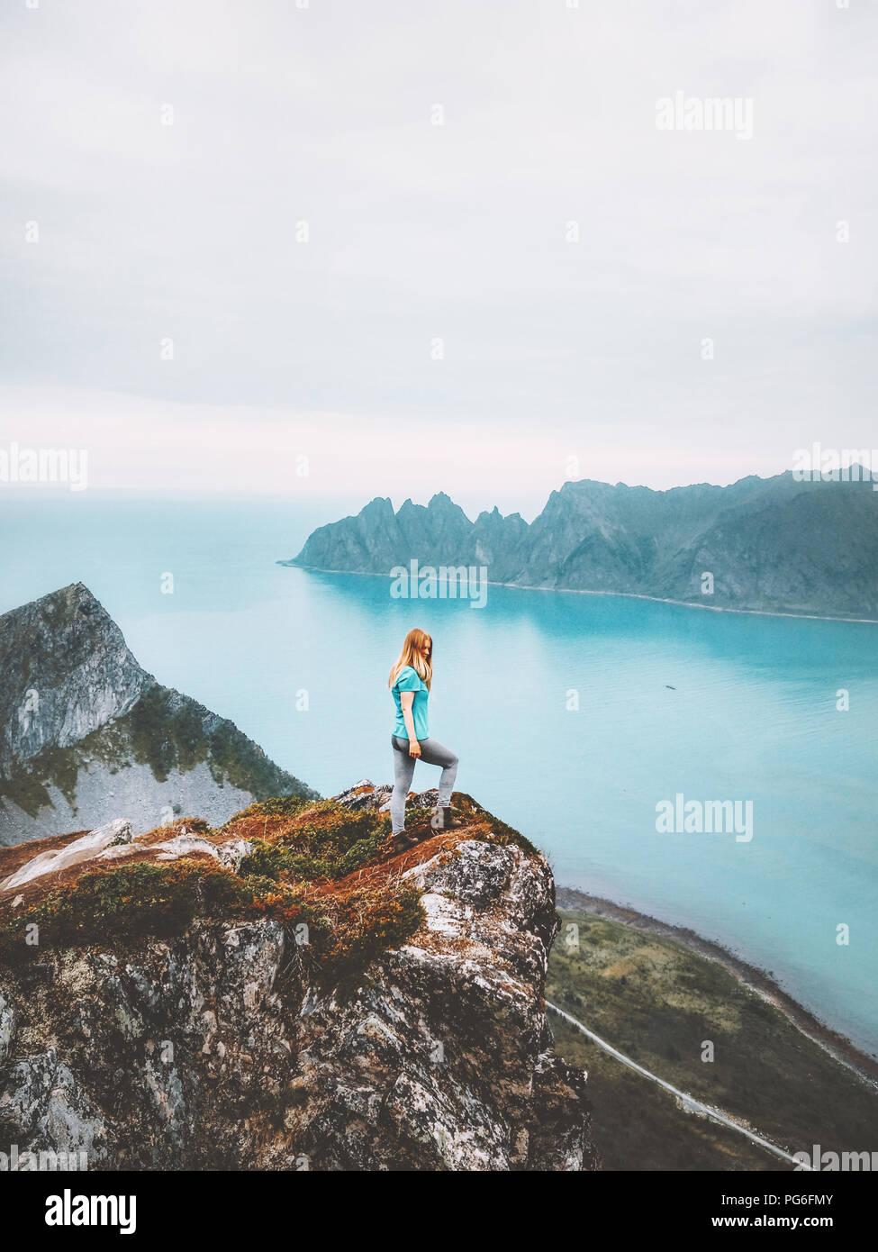 Vacaciones de verano viajar viaje viajero mujer sobre montaña acantilado sobre el mar solo caminata en Noruega en el estilo de vida de aventura escapada de fin de semana Foto de stock