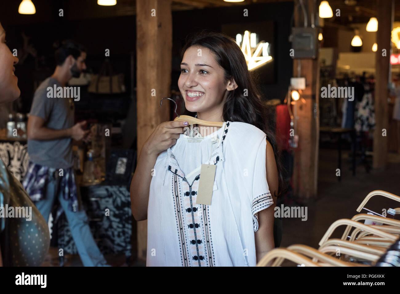 Para Joven Feliz Un La Nueva De Compras Mujer Ropa Amigo Con nqfxpxC