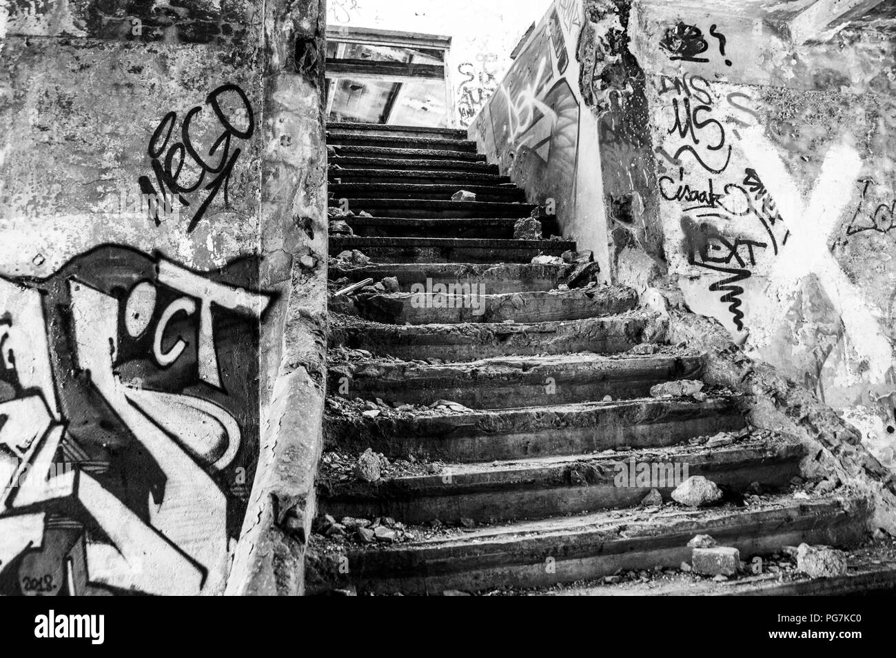 Escalera en el edificio abandonado, huelen como confusión, desolación y shanytown. Foto de stock