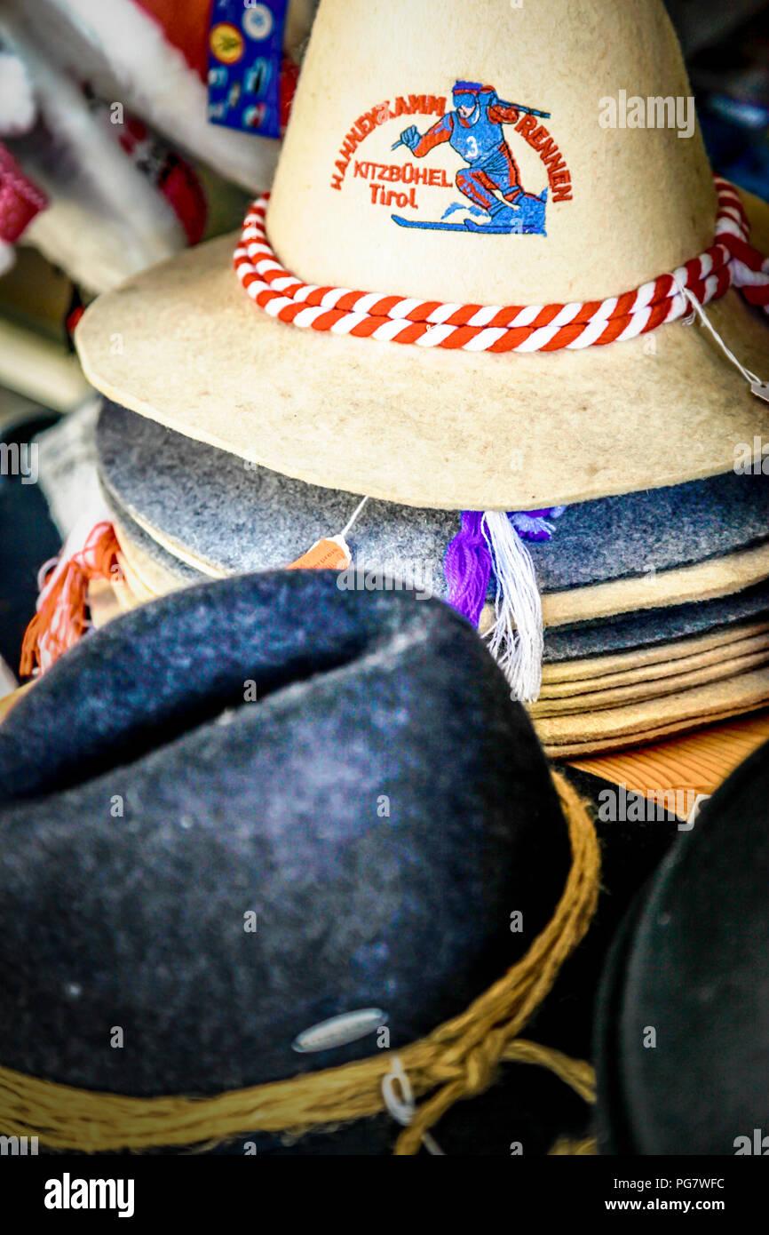 Vista trasera de la mujer vistiendo sombrero marrón y rosa brillante poncho  ecuatoriano tradicional de venta de sombreros de fieltro. KR6WPA (RF).  Sombreros ... 30405816c2f