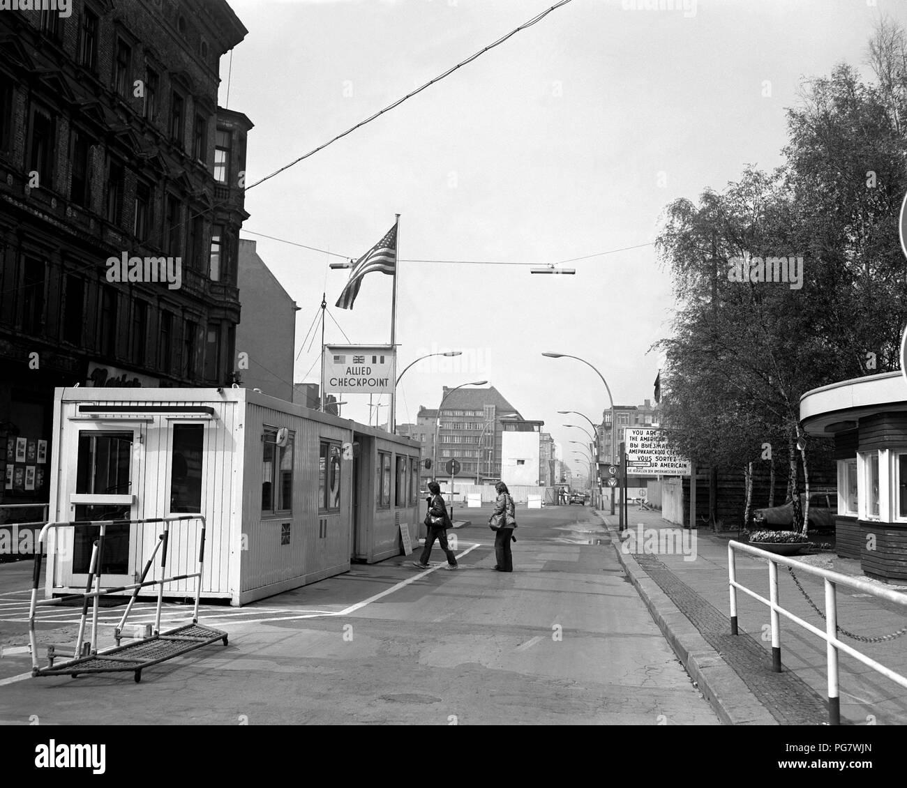 Una vista de Checkpoint Charlie, el punto de cruce para los extranjeros que están de visita en Berlín Oriental. Imagen De Stock