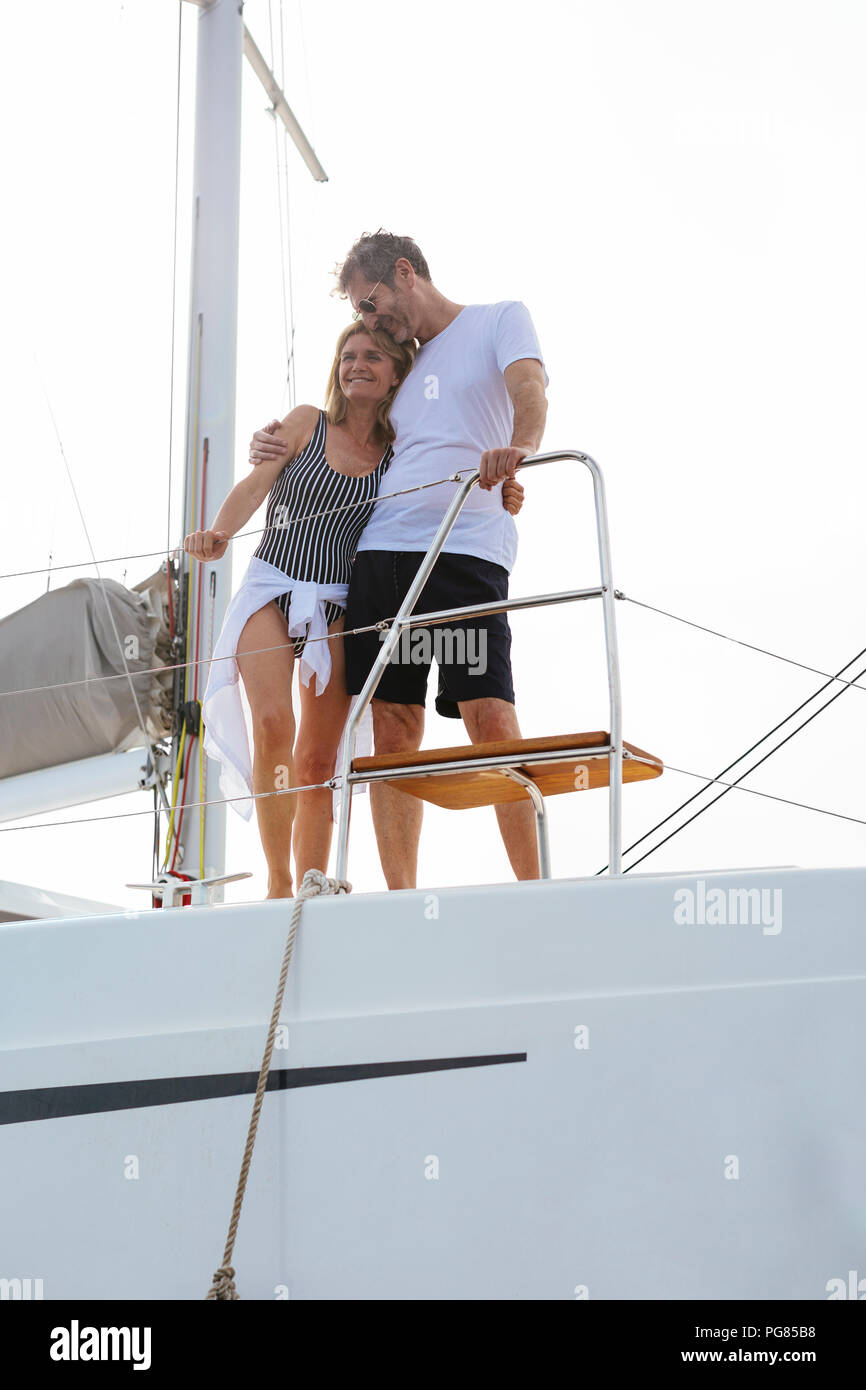 Pareja haciendo vacaciones, vela en catamarán Foto de stock