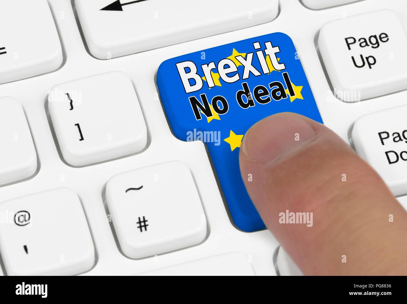 Al pulsar un botón Brexit ningún acuerdo sobre un teclado. No deal Brexit concepto. Dejar la UE sin tratar. Imagen De Stock
