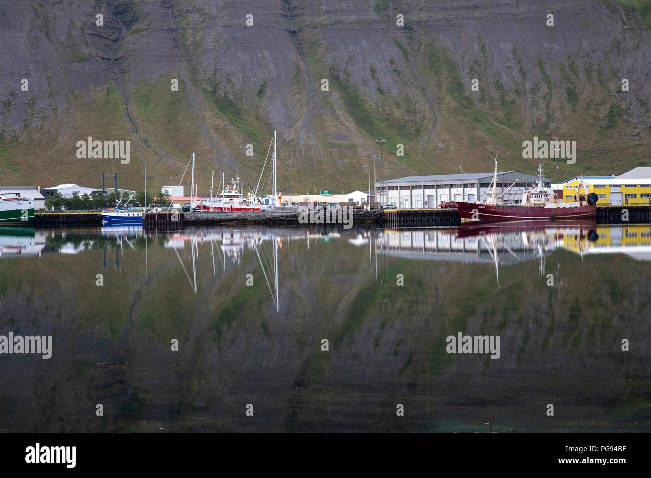 El reflejo en el agua en la ciudad de Isafjordur en los fiordos del oeste de Islandia. Foto de stock