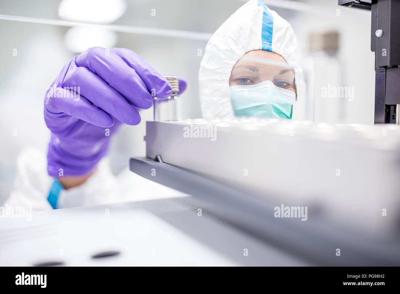 Control técnico de culturas de células madre en un laboratorio que fabrica tejidos humanos por implantes. Tales implantes incluyen el hueso y los injertos de piel. Imagen De Stock