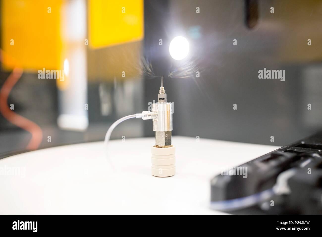 Close-up de una máquina electrospinning en un laboratorio de nanofibras. Este laboratorio está utilizando nanofibras para fabricar materiales biodegradables para tejidos de los andamios. Imagen De Stock
