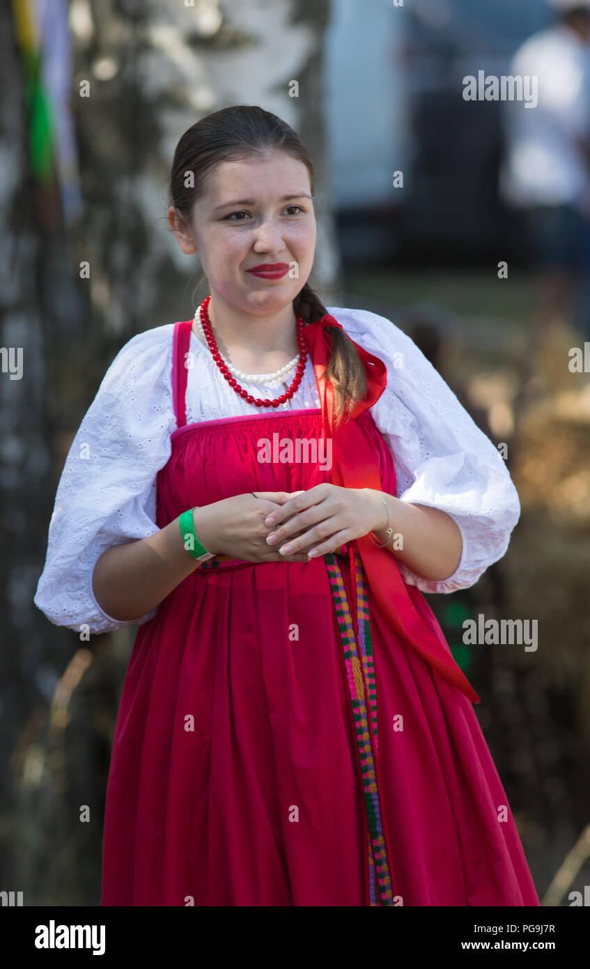 8700b4551 Mujer joven en el folclore ruso vestido de color escarlata brillante ...