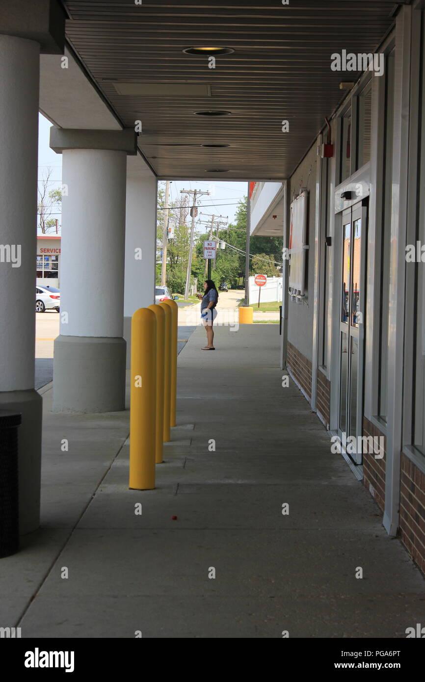 Regleta estándar Mall Shopping Centre en los suburbios de Niles, Illinois, EE.UU. en un día de verano. Foto de stock