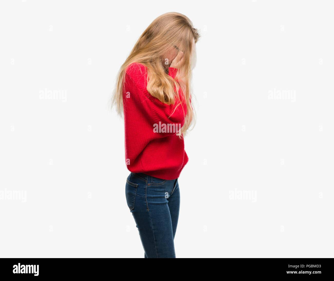 Adolescente Rubia Mujer Vistiendo Remera Roja Con Expresión Triste