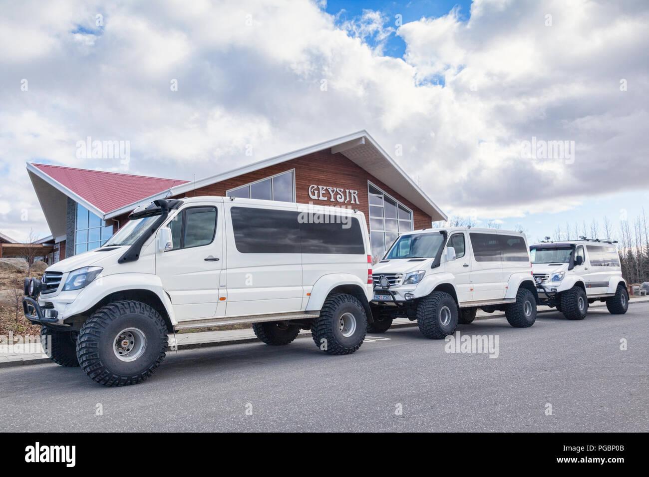 20 de abril de 2018: Geysir, Islandia - Tres grandes vehículos todoterreno alineadas en Geysir. Imagen De Stock