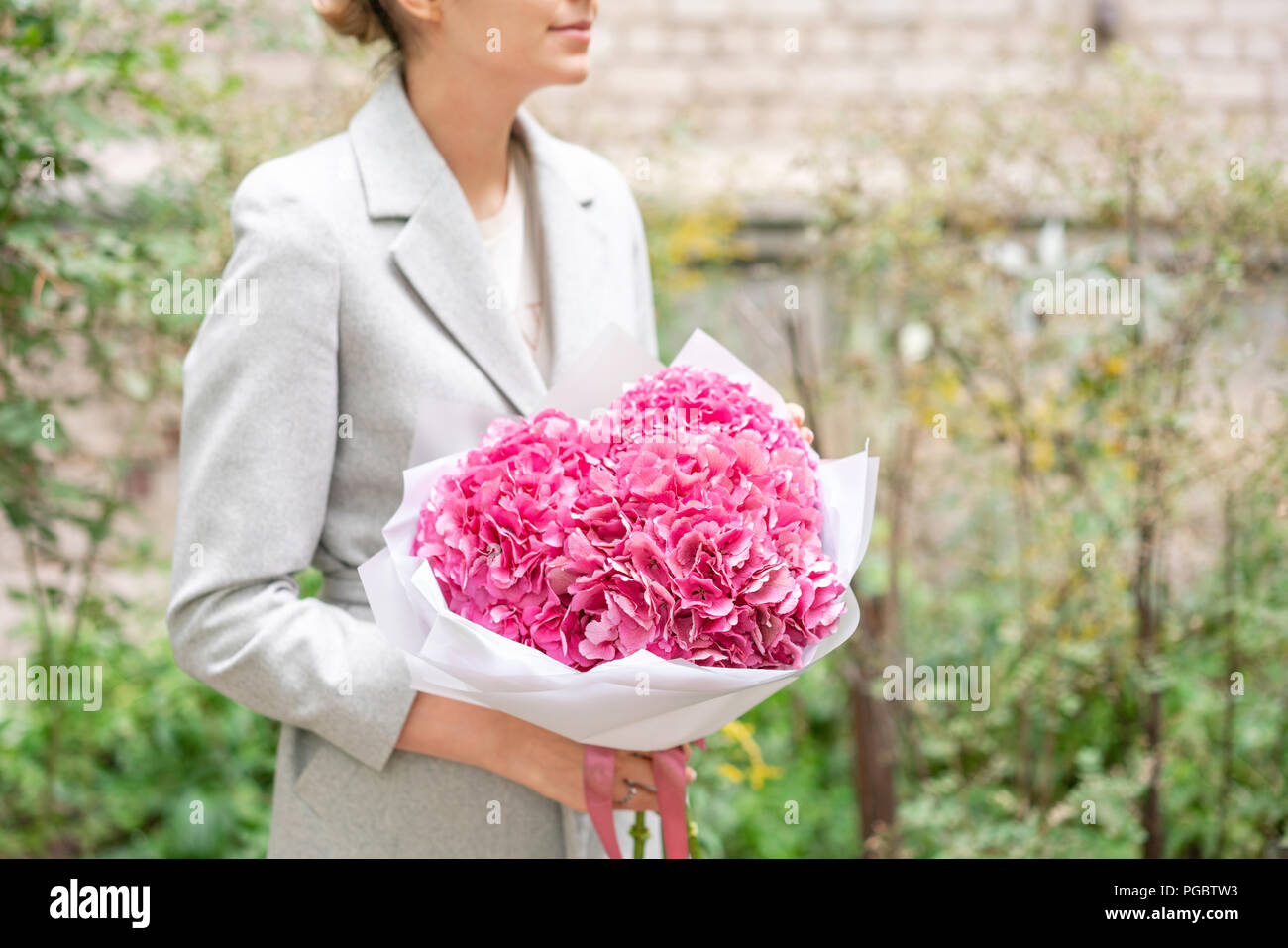 Rosa Hortensia Joven Sosteniendo Un Arreglo Floral Bouquet