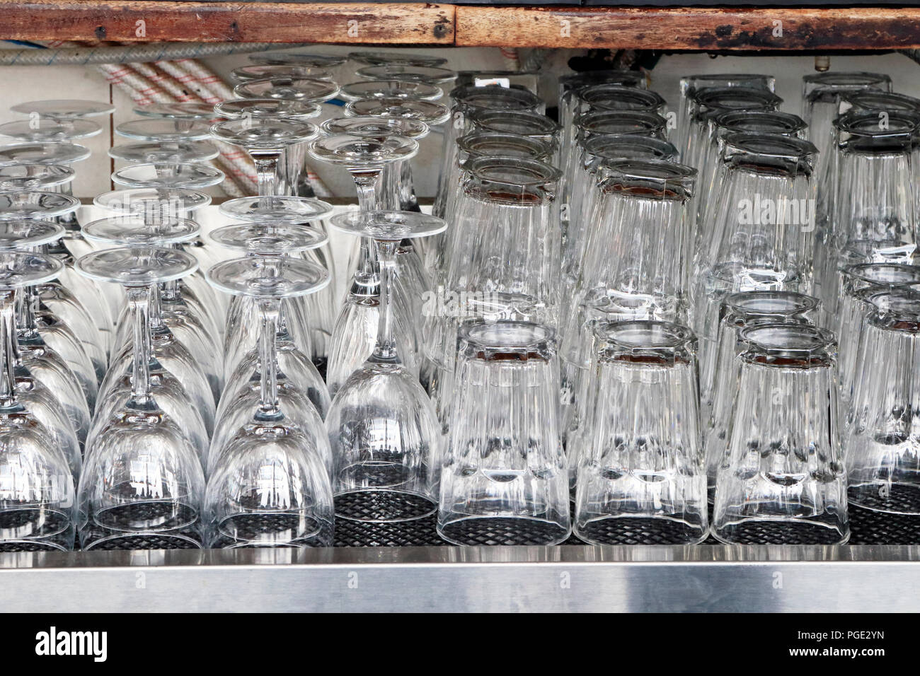 Cristalería Listo para usar en un bar comercial Imagen De Stock